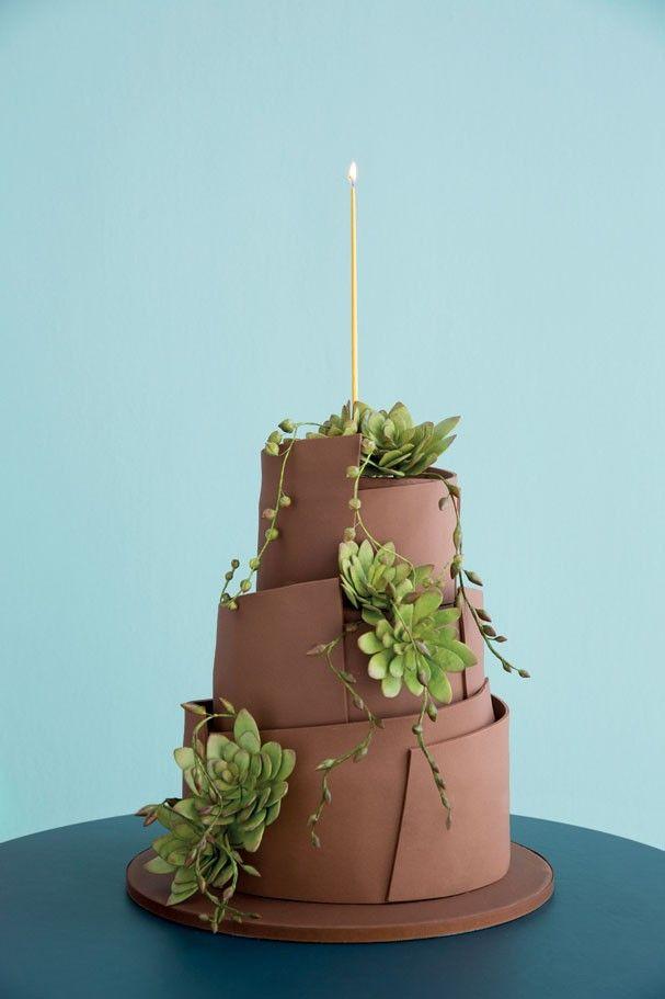 """Bolo de limão-siciliano com semente de papoula e creme de pistache! A data é especialíssima e requer comemoração à altura: no bolo criado por Nelson Pantano, da The King Cake, tiras de pasta de chocolate dão forma a curvas arquitetônicas, complementadas por um """"jardim"""" de suculentas de açúcar. No interior, massa de limão-siciliano com sementes de papoula recheada com creme de pistache. E que venham os próximos 40!"""