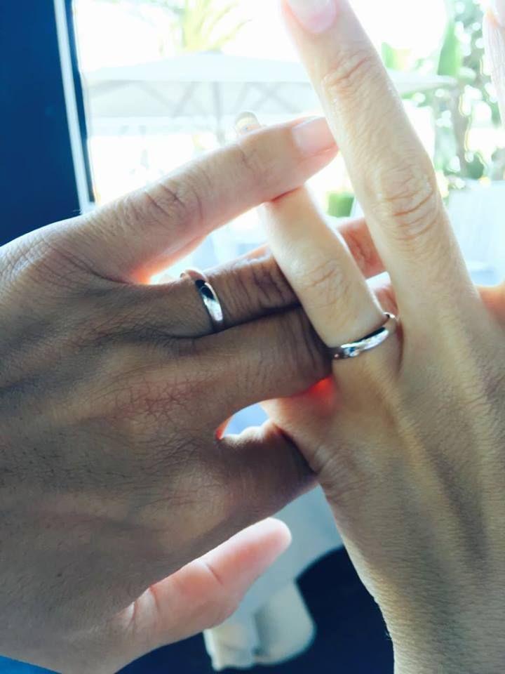 Preciosa imagen de unas manos entrelazadas en una nueva vida como casados que comienza. María nos enseña esta preciosa foto con sus anillos de boda Argyor. Su marido Antonio eligió media caña lisa en oro blanco y ella, el mismo con diamante. Ref. 554B1001 Argyor.