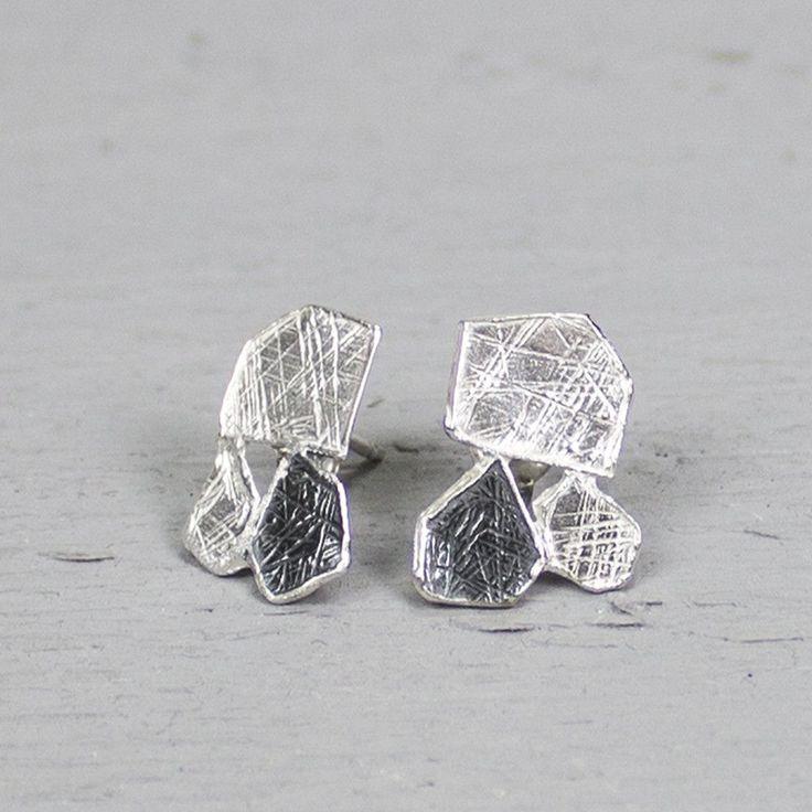 Deze oorstekers zijn gemaakt van 925 sterling zilver en geoxideerd zilver. De oorstekers bestaan uit verschillende organische vormen die speels onder elkaar zijn bevestigd.