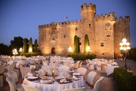Aire medieval. ¿A quién no le gustaría casarse en un castillo como este? Hay sitios que son un auténtico espectáculo 👑#lugaresconencanto #extremadura #wedding #eventoscorporativos #eventoscorporativos #uptoyouagency #castillodearguijuela #castillos