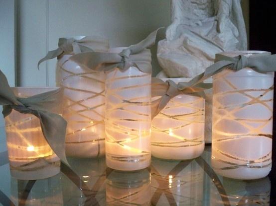 Simpele manier om vazen of bokalen te decoreren. Wikkel elastiekjes of garen rond uw vaas en spuit er verfspray overheen. Laat drogen en verwijder de elastiekjes/garen. Voeg een lint aan de bovenkant toe en zet er een kaarsje in.