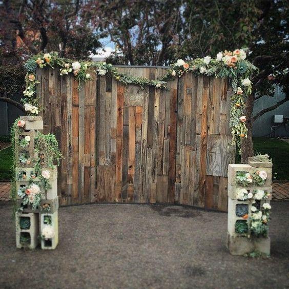 rustic country diy wooden pallet wedding bakdrop / http://www.himisspuff.com/rustic-wood-pallet-wedding-ideas/6/