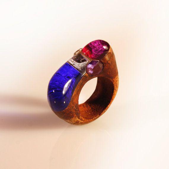 Anello colorato in resina legno con strass, lavorato a mano, intarsio in rovere e vetro organico. gioiello divertente, artigianato italiano