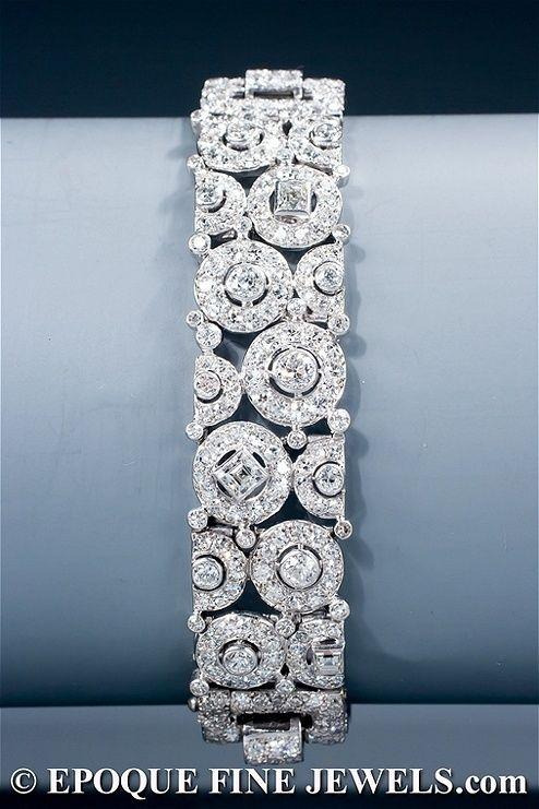 Uma magnífica bracelete de diamantes Art Deco de um design geométrico incomum de círculos e quadrados, definida com corte baguette, corte quadrado, único corte e antigos diamantes lapidados europeus, montado em platina. Cartier Paris, circa 1928-1930 by Divonsir Borges