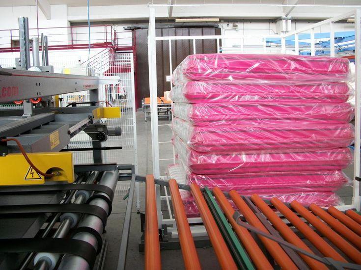L'impilatore automatico Resta H 290 inserito in linea dopo un'imballatrice, permette di sovrapporre i materassi in maniera automatica e efficace.
