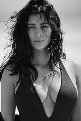 Ele & Elis Blog: Kim Kardashian sizzles in swimsuit(photo)