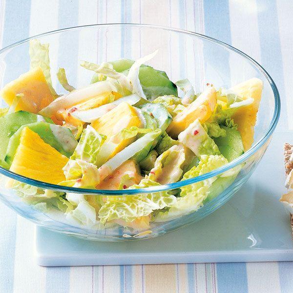 Für diesen Salat sollte man wirklich frische Ananas verwenden, denn erst dadurch bekommt der Salat den exotischen Touch, der gewünscht ist.