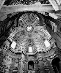 Lo spettatore è attratto dall'andamento mosso delle pareti, dall'assenza di riposo, dall'inquietudine che, dal basso, si propaga verso l'alto, culminando nel lanternino della cupola.