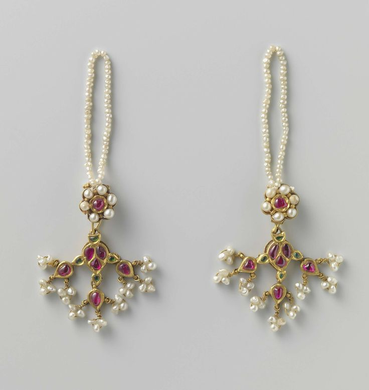 A pair of earrings, 1750. Gold, pearls.