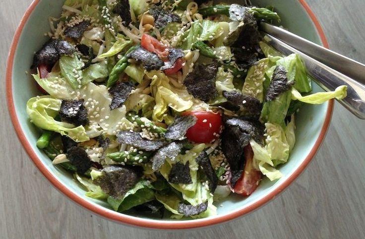 Recept voor een makkelijke Japanse salade met groene aspergetips, tomaatjes, taugé en pinda's. Met een dressing van wasabi en sesamolie.