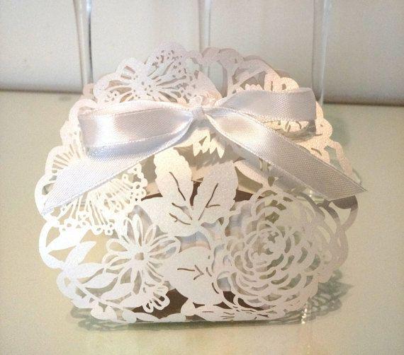 Ehi, ho trovato questa fantastica inserzione di Etsy su https://www.etsy.com/it/listing/253328352/set-di-24-fiori-matrimonio-scatole