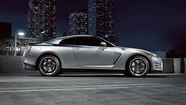 The latest model sports car comes from Nissan. It is a model which is available in three variants. All versions New 2014 Nissan GT-R, you have the opportunity to see below, also are located there and complete specifications, comparative tables, prici