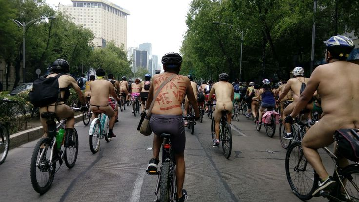 CIUDAD DE MÉXICO (proceso.com.mx).- En el centro de esta capital, más de 200 personas desnudas y semidesnudas, montadas en bicicletas,se manifestaron bajo una consigna: basta de la violencia contra los ciclistas. Cientos de mujeres y hombres de todas las edades, en bicicletas, patinetas, patines e incluso a pie, recorrieron las calles del Centro Histórico yLeer más