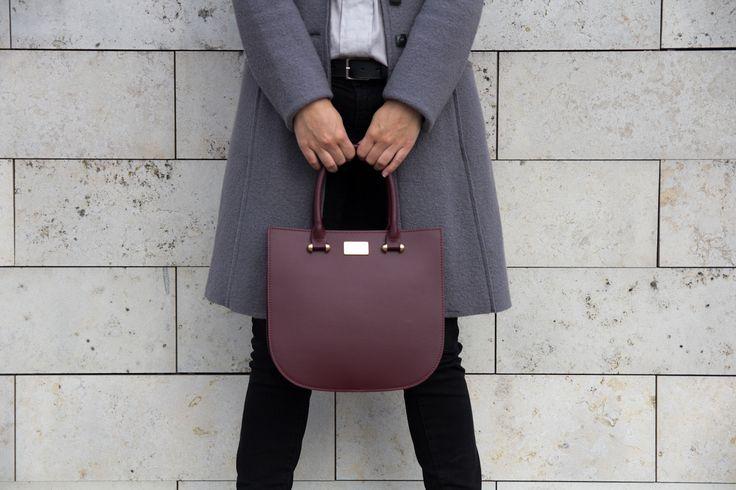 A Thesan táska elegáns, modern és minimalista kézitáska. Egy cipzáras és egy kis zseb található a táskában. Cipzárral zárható, két rövid pántja fix, míg hosszú pántja állítható hosszúságú és levehető.  www.livialippi.hu/shop/thesan
