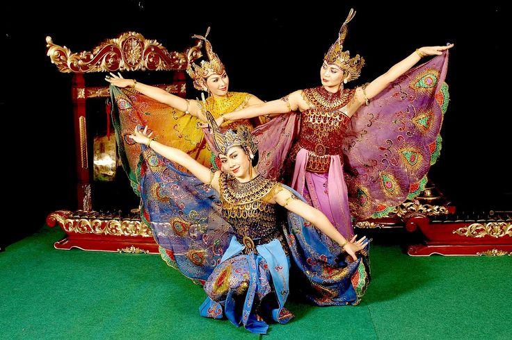 The Tari Merak or Dance of the Peacock is a female dance. Merak means peacock and the choreography is inspired by the beautiful movements of a peacock.  http://www.goindonesia.com/id/indonesia/jawa/bandung/seni_budaya/kesenian_bandung/tarian_bandung/tari_merak