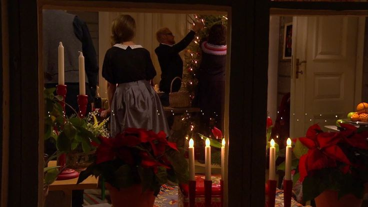 Julgranen dekoreras på Strömsö.