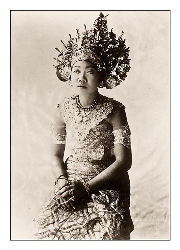 BALINESE DANCER.......PHOTOGRAPHER UNKNOWN......PARTAGE OF OLD BALI PHOTOS......ON FACEBOOK.......