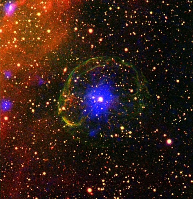 """Un articolo pubblicato sulla rivista """"Monthly Notices of the Royal Astronomical Society"""" descrive la prima osservazione di un'irregolarità nel periodo di rotazione di una pulsar, un fenomeno chiamato in gergo """"glitch"""", in un sistema binario. Un team di scienziati ha usato dati raccolti da osservazioni dei telescopi spaziali Swift, XMM-Newton e Chandra condotte nell'arco di due anni per individuare i glitch nella pulsar SXP 1062. Leggi i dettagli nell'articolo!"""