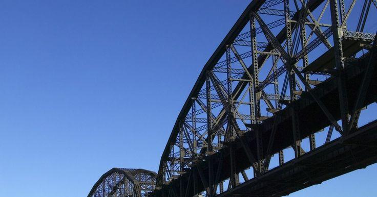 Tipos de cerchas para puentes. Una cercha es un marco rígido de tubos conectados, normalmente hechas de madera o de metal, formando una serie de triángulos interconectados que aportan apoyo a las estructuras. El marco de una cercha de puente permite a la estructura soportar el peso de la plataforma del puente, que es la superficie que usan los vehículos y los peatones para ...