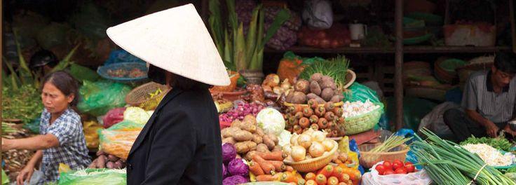 Los vietnamitas no consumen sus postres con las comidas, los prefieren a media tarde o en la noche, cuando necesitan energía. Recipientes con mezclas de leche de coco, tapioca, semillas de loto, pedacitos de coco fresco, todo cubierto con jarabe y hielo.