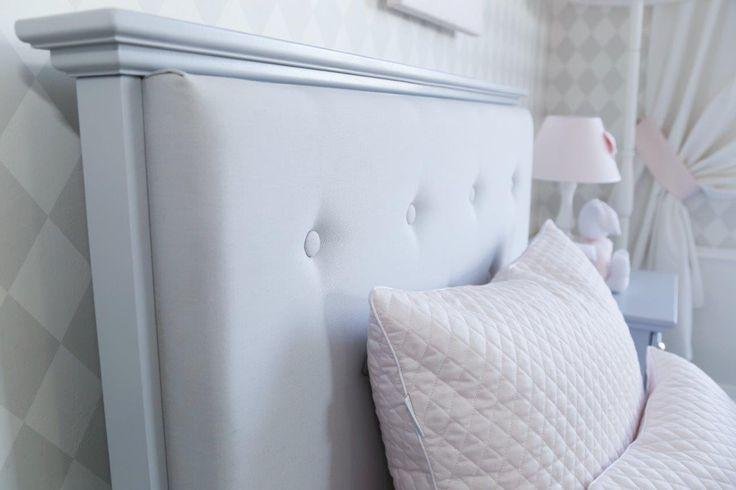 Caramella.pl dba o szczegóły. Na zdjęciu tapicerowane wezgłowie łóżka z linii nowojorskiej, dostępne w kilku kolorach tkaniny do wyboru.