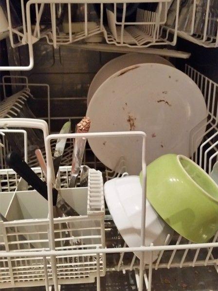 Experten raten, das Geschirr niemals vorzuspülen, bevor es in den Geschirrspüler kommt. Und der Grund ist wirklich einleuchtend...