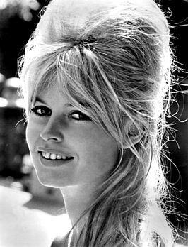 """Brigitte Bardot (Parijs, 28 september 1934) is een Frans fotomodel, actrice en zangeres. Als ondeugende """"stoeipoes"""" en frivole pin-upgirl maakte ze zeer snel internationaal furore en vooral in Europa vormde ze een icoon van de jaren 50. Als sekssymbool was zij een Frans antwoord op de Amerikaanse Marilyn Monroe (MM)"""