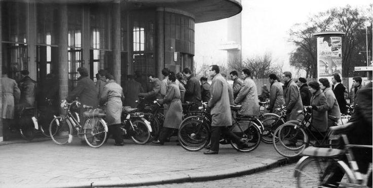 Vele fietsers voor de ingang van de Maastunnel rond 1960. Hopelijk werkten de roltrappen toen wel goed.