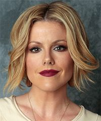 Kathleen Robertson Medium Straight Casual Layered Bob Hairstyle – Dark Golden Blonde Hair Color with Light Blonde Highlights