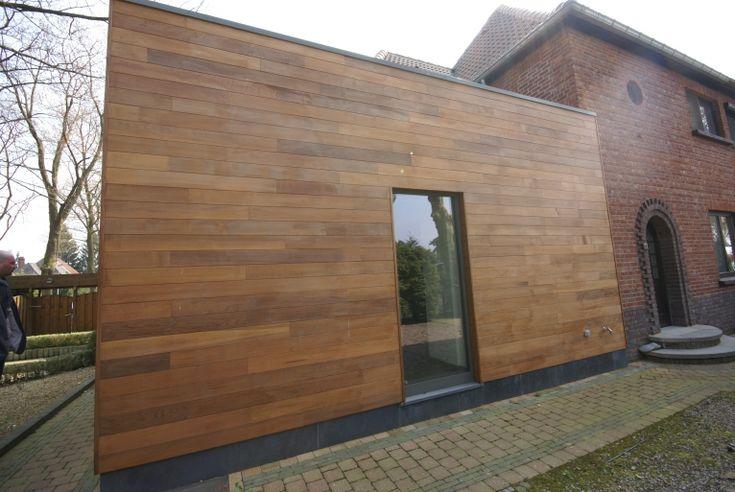 House: wooden facade, aluminum frames, stone plinth. Woning: houten gevelbekleding, aluminium kozijnen, stenen plint.
