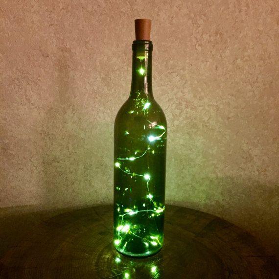 Probeer onze mooi en helder twinkle fairy batterij aangedreven lichten weergegeven binnenkant van onze vintage en gerecycleerd fullsize wijn flessen. Dat heeft gewoon rechts, niets om aan te sluiten, verplaatsen deze fles rond waar u zou zoals dat past bij uw inrichting! Ook de batterij en de aan/uitschakelaar is gunstig gelegen in de kurk in de top, dus geen gat in de achterkant van de fles die je moet verbergen. We verwijderen de labels van elke fles en onze levendige witte lichten bin...