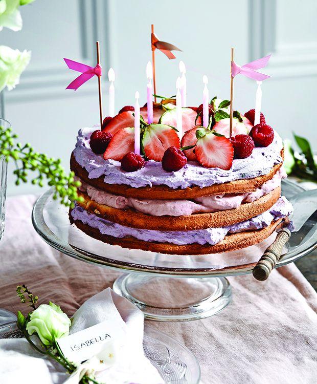 Denne lagkage er den skønneste sommerlagekage, vi længe har set. Utrolig flot, cremet og saftig med den lækreste skum og de dejligste bær. Mums!