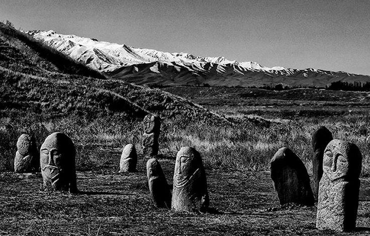 Balbals. Tratti antropomorfi scolpiti nella pietra a ricordo di figure di rilievo: il coraggioso condottiero, il saggio governante, l'uomo probo e il talentuoso.