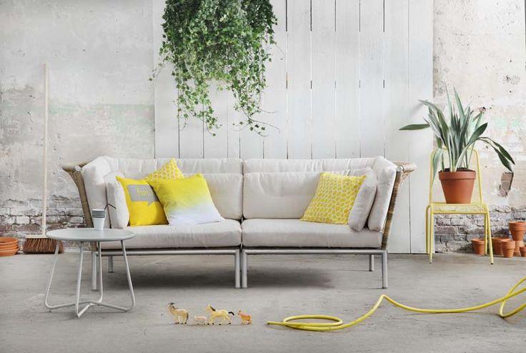 KARWEI |De gele accessoires staan prachtige bij de lichte kleurstelling van de loungebank. #karwei #tuin #tuinmeubels