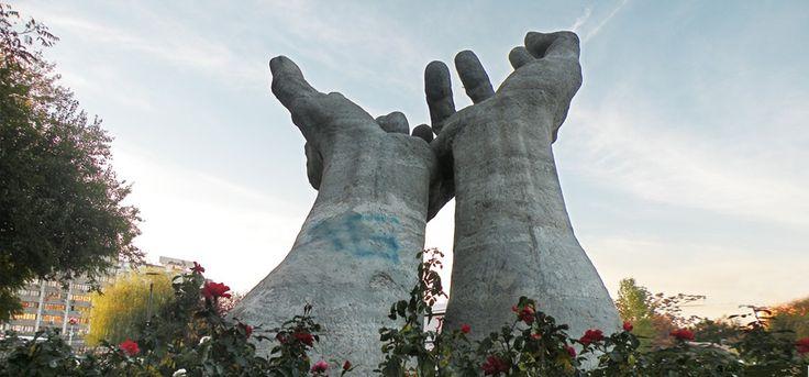 """Abdi İpekçi Parkı, """"Eller"""" - Metin Yurdanur"""