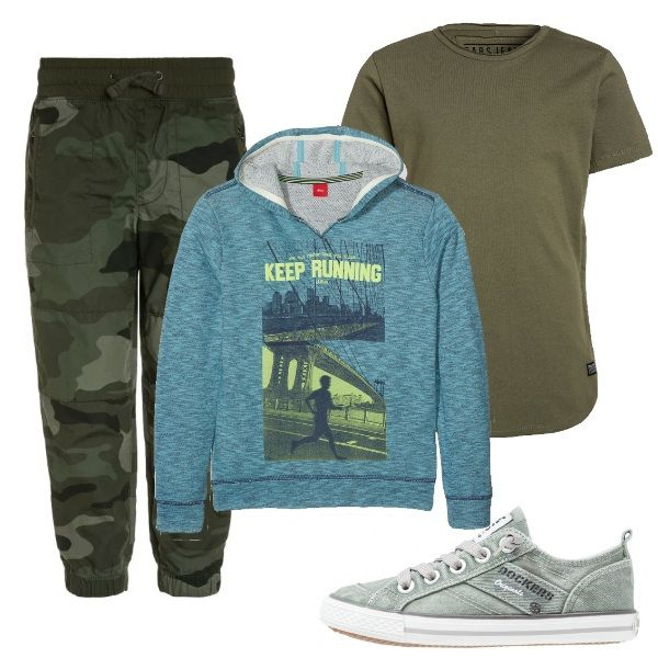Outfit sportivo e comodo, per giovani ragazzi: pantaloni mimetici stretti alla caviglia, maglietta verde militare, felpa blu stampata e sneakers Dockers verde chiaro.