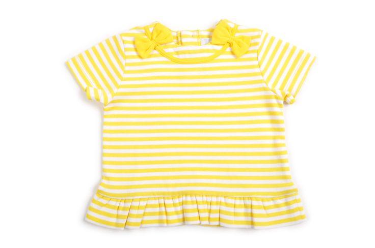 Camiseta de rallas amarillas y blancas al frente el cuello tiene un reborde de cinta amarilla y de cada lado un lazo amarillo.  http://www.shopepk.com.co/index.php?page=shop.product_details&flypage=flypage.tpl&product_id=6&category_id=3&option=com_virtuemart&cat=1&Itemid=69