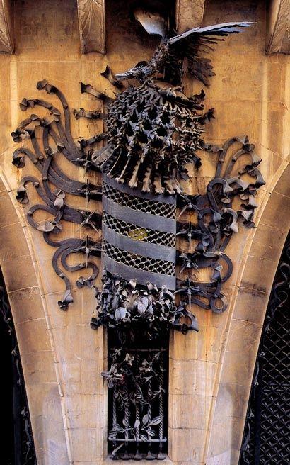 Antoni Gaudí > Palau Güell. Smeedijzeren schild van Catalonië aan de gevel