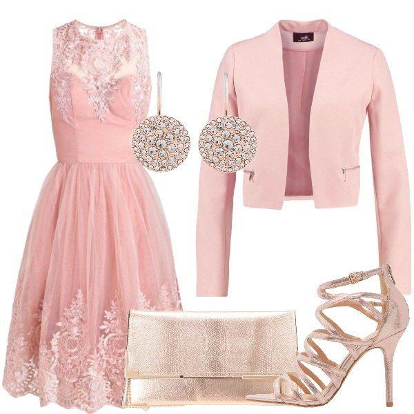 Outfit pensato per una cerimonia importante composto da vestito rosa con gonna in tulle e applicazioni di pizzo sul corpetto e nella parte inferiore della gonna, giacca rosa, sandali con listini, pochette e orecchini dorati.