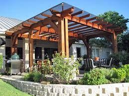 Pergola din lemn pentru terasa, acoperita cu policarbonat.