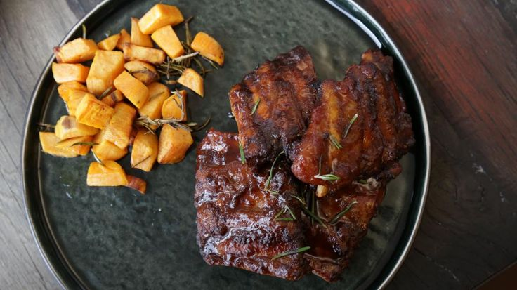 Gemarineerde ribbetjes met zoete aardappel en rozemarijn (Manil's, Antwerpen) | VTM Koken