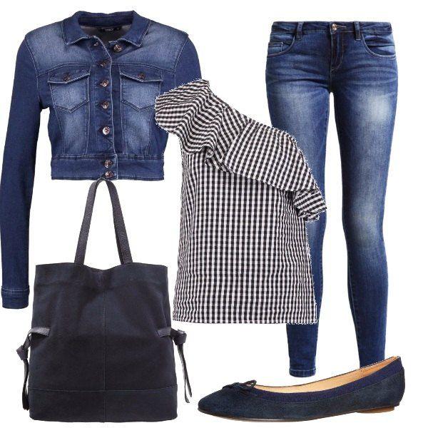 Camicetta monospalla con rouches fantasia vichy, jeans skinny fit vita bassa blu scuro, giacca in jeans corta con bottoni, ballerine blu con punta tonda in pelle, shopping bag blu scuro con chiusura magnetica.