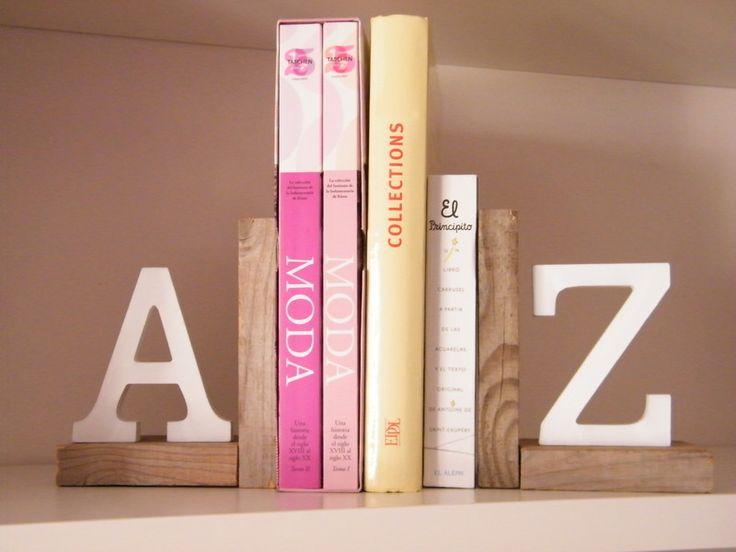 Sujeta libros de madera con letras lacadas en blanco decape. Se pueden personalizar en los colores que se quiera