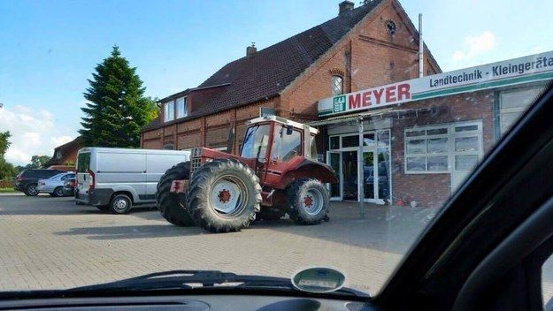 Der Landwirt, der hiermit zum Einkaufen fuhr.