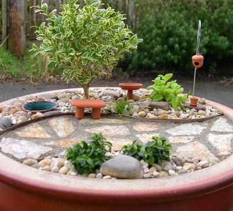 Os jardins em miniatura, são montados em alguns tipos de vasilhas, usando pequenas plantas, e também incluem materiais para montar o cenário, como: miniatura de móveis de jardim, animais, pedras, e tudo mais que tenha em um jardim de verdade. Você poderá fazer o que sua imaginação permitir, até mesmo a miniatura do seu próprio …