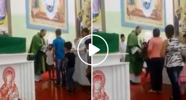 Padre Faz Exorcismo Antecipado Às Crianças Durante Missa