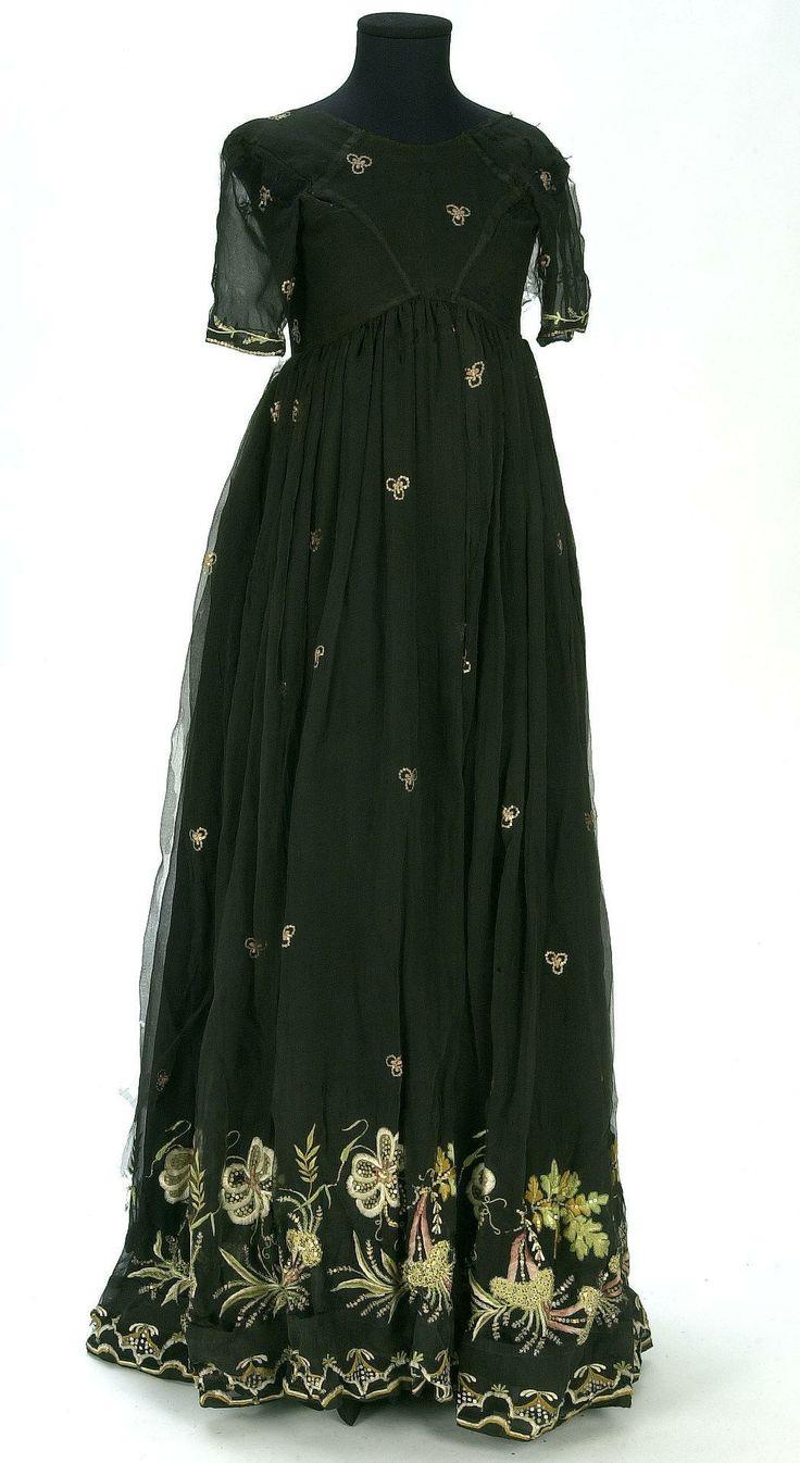 Embroidered muslin dress, first quarter of the 19th century. Centre de Documentació i Museu Tèxtil.
