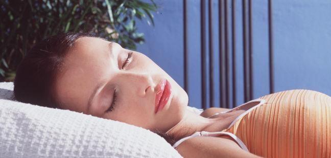 Dormir boca arriba previene las arrugas en los ojos    Si la persona duerme sobre su estómago o de lado, es posible que inconscientemente genere una irritación en la piel alrededor de sus ojos mientras duerme. La almohada puede tirar o frotar la zona y fomentar la aparición de arrugas. Lo mejor para la piel es que la persona duerma sobre su espalda con el rostro completamente libre de la presión de la almohada.