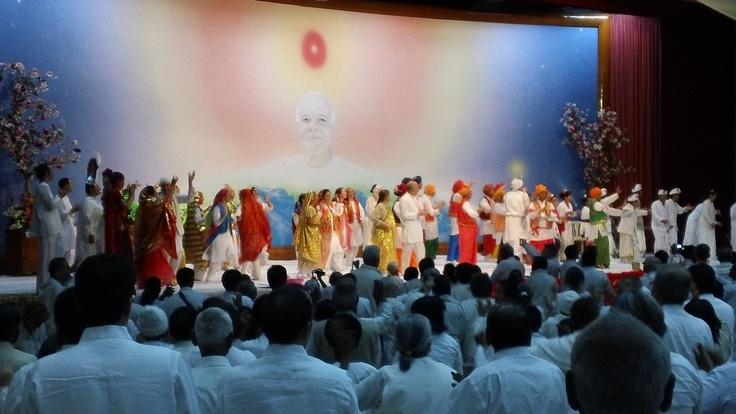 Un momento inolvidable... en el escenario, unas 100 personas bailando banghra y Dadi Janki, 96 años, uniéndose a ellos (2)