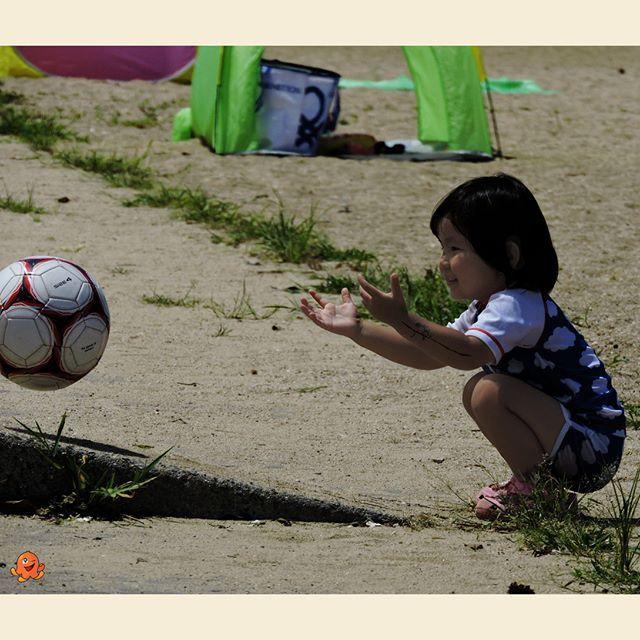 Zabawy z piłką.  Playing on the beach  #japan #japonia #japon #nippon #nihon #children #playingchildren #beach